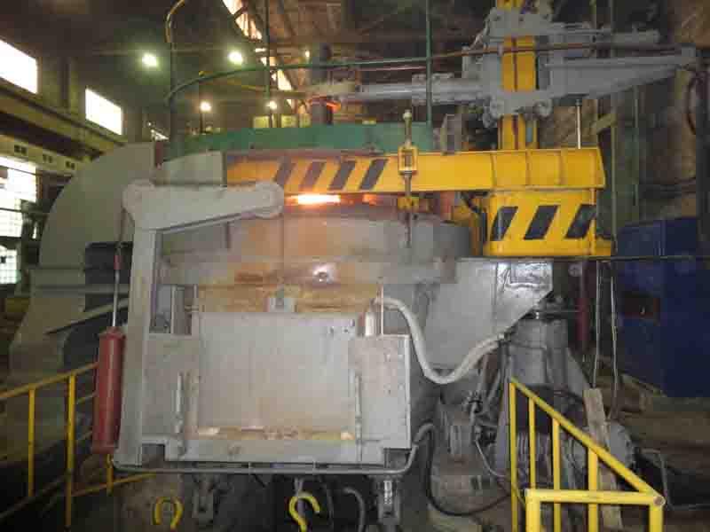 Дуговая сталеплавильная печь на производстве
