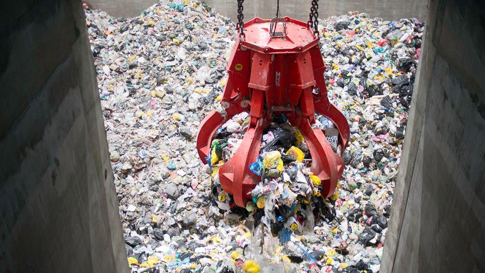 Процесс загрузки твердого мусора